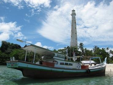 Kapal Pak Asnawi merapat di Pulau Lengkuas