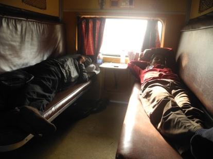 Dua tempat tidur yang berhadap-hadapan