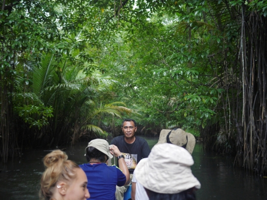 Menyusuri hutan mangrove di Gamtala.