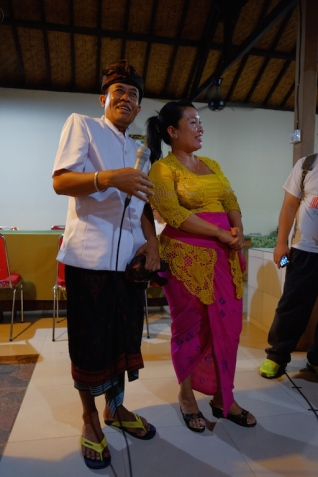 Pak Wayan memegang mic bersama Ibu Puspa